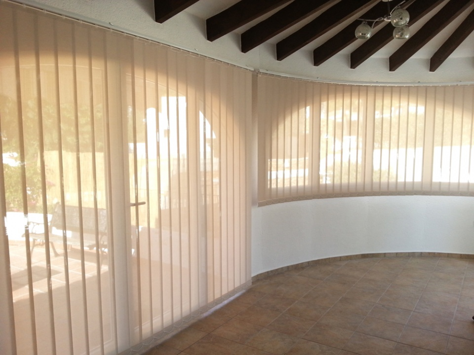 Curved Vertcial Blind: 89mm Polyscreen